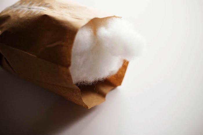 eine gefaltete kleine alte braune papiertüte mit einer weißen baumwolle, papiertüten basteln ideen, ein ball selber basteln diy anleitung
