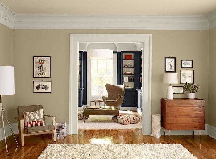 ein brauner boden aus holz und ein weißer teppich, ein wohnzimmer miz beigen und blauen wänden und mit weißen lampen und grauen sofas, wand streichen ideen