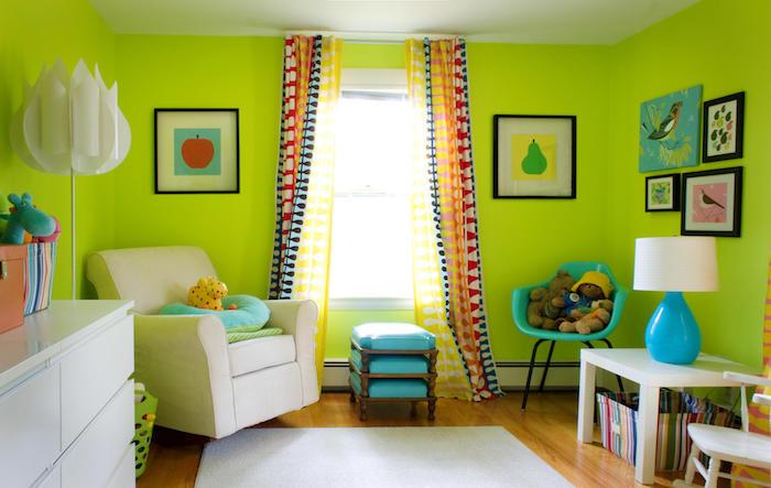zimmer mit grünen wänden und einem fenster mit einem bunten vorhang, ein boden aus holz und ein weißer teppich, wand streichen ideen