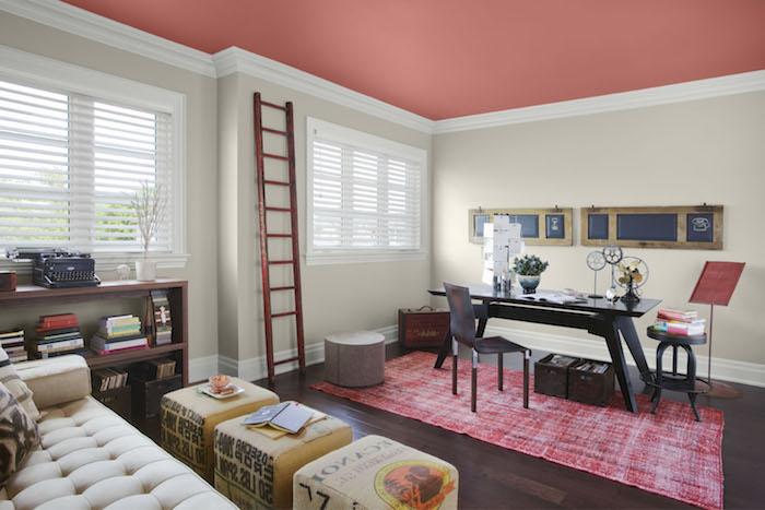 wandgestaltung ideen selber machen, eine treppe und ein zimmer mit weißen und pinken wänten, wohnzimmer streichen ideen, ein schwarzer tisch und ein schwarzer stuhl