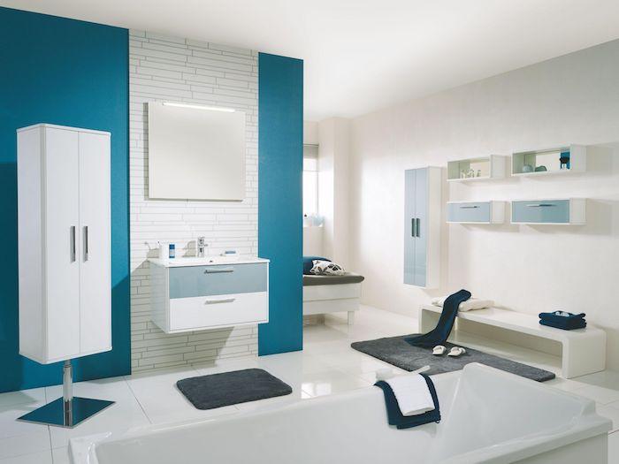wand farbig streichen, ein badezimmer mit weißen und blauen wänden, ein weißer boden mit weißen fliesen und eine weiße badewanne, ein weißes waschbecken und ein spiegel