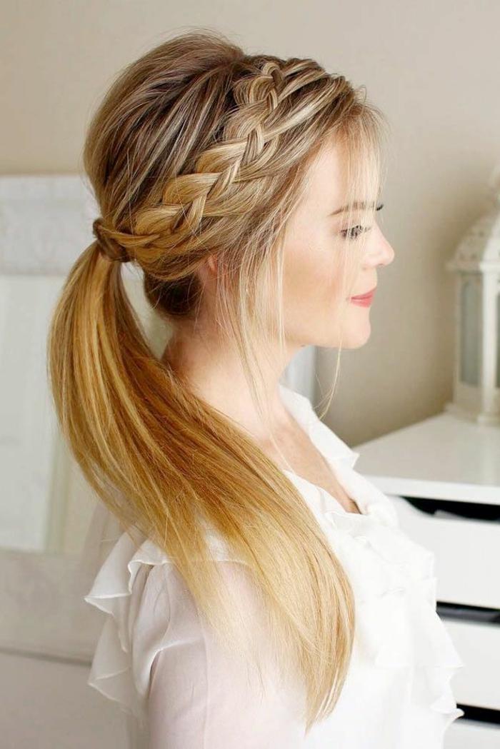blonde Haare mit roten Akzenten, ein Zopf wie Krone, eine weiße Bluse, Frisuren testen