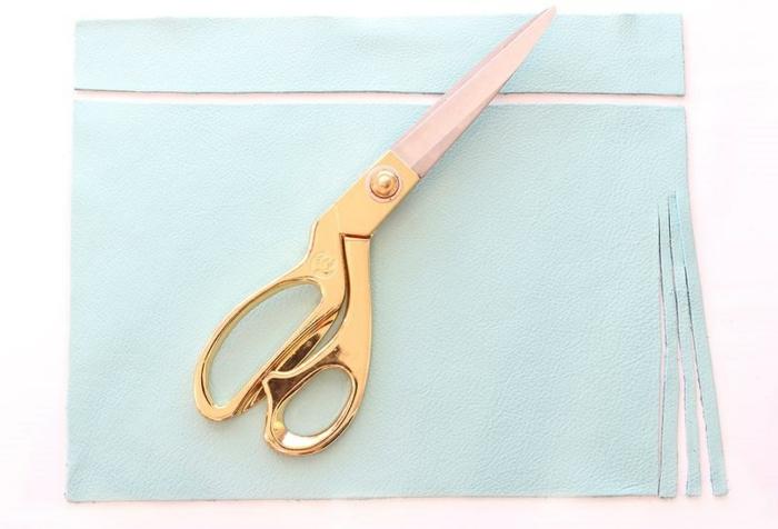 eine Anleitung, wie Sie Schnitte im Leder machen um Quaste zu bekommen, Schlüsselanhänger DIY