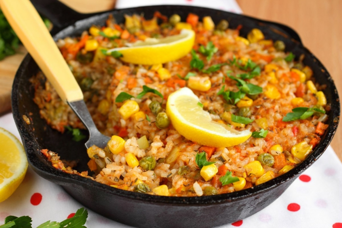 Reis und Tomaten Speise mit Korn und Petersilie, Karoten und Erbsen, Diät essen
