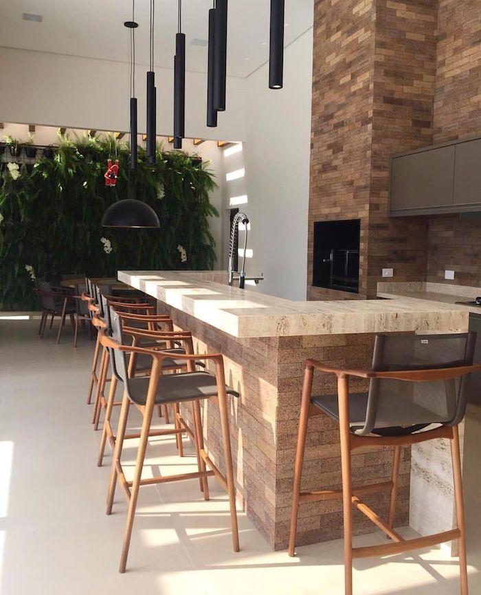 eine outdoor küche selber bauen ideen, ein graues waschbecken und braune stühle aus holz und viele schwarze lampen
