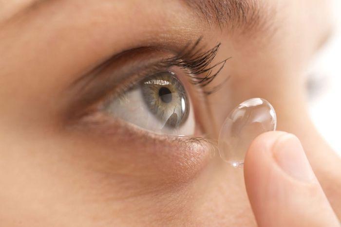 kontaktlinsen und eine große grüne auge
