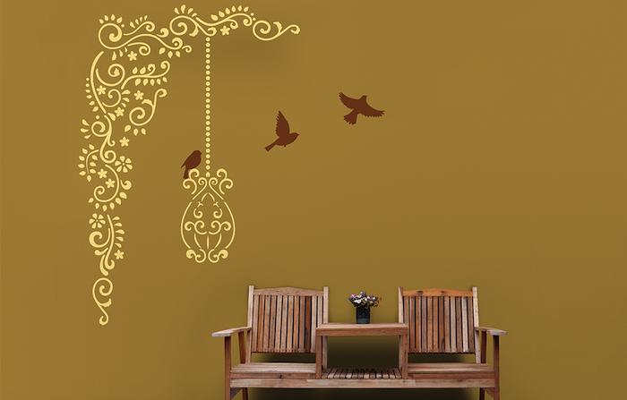 wandgestaltung ideen selber machen, ein kleiner tisch aus holz und zwei braune stühle aus holz, eine wand mit fliegenden braunen vögeln