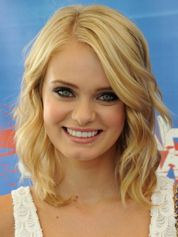 blonde Haare, blaue Augen, schönes Lächeln, weißes Kleid, schulterlange, glatte Haare, Frisur testen