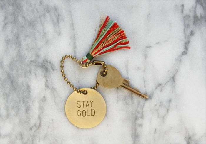 Schlüsselband selber machen, Quaste und eine Aufschrift Stay Gold