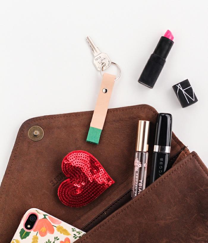 eine Damentasche voller Kosmetik, ein DIY Schlüsselanhänger ist auch darin