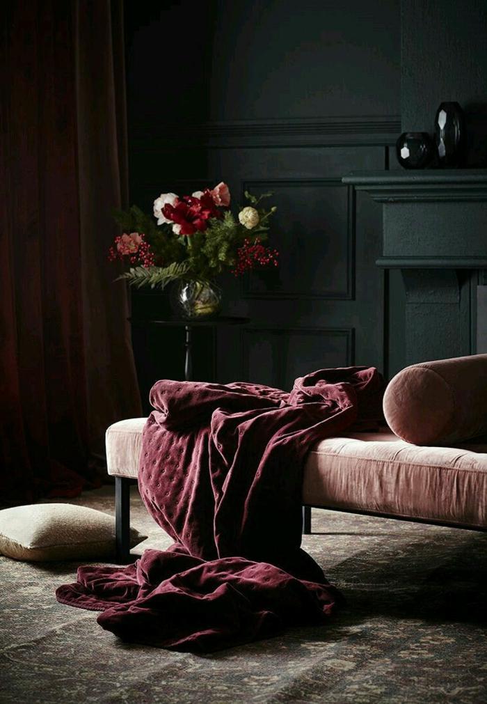 eine goldene Vase voller Blumen in der Ecke, rote Bettwäsche, welche Farbe passt zu Rot