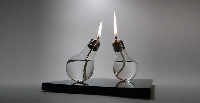 zwei kleine alte glühbirnen mit wasser und mit zwei kerzen, eine tischdeko mit alten glühbirnen selber basteln
