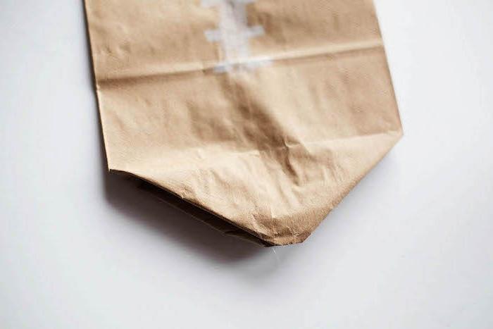 weißer tisch und eine braune gefaltete alte papiertüte, eine diy anleitung ein ball selber basteln ideen