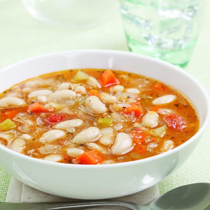 eine diätische Suppe mit Bohnen, Paprika unf Möhren, Tomatensuppe, Diät essen
