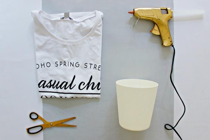 eine kleine gelbe klebepistole und eine kleine gelbe schere, ein altes weißes t-shirt und ein kleiner weißer blumentopf