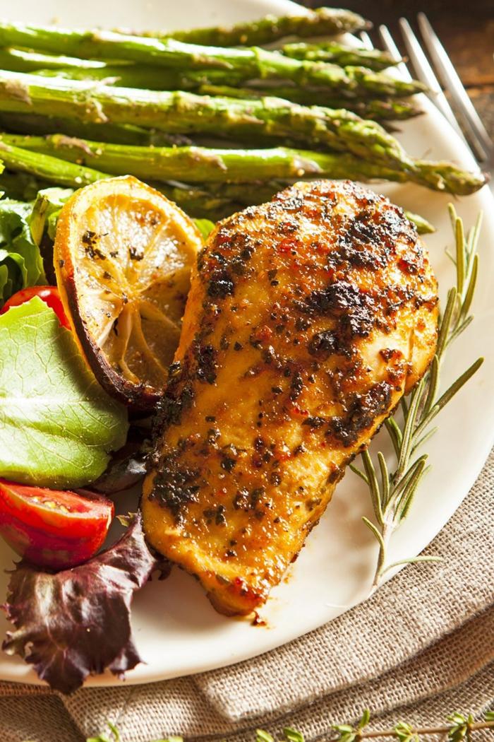 ein Diät Essen in Frühling, Spargel, Hähnchenfleisch, Zitronen und andere Gemüse