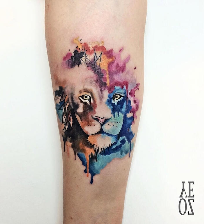 eine and mit einem watercolor tattoo mit einem bunten löwe mit einer farbigen dichten mähne und mit gelben augen, löwen tattoo aquarell