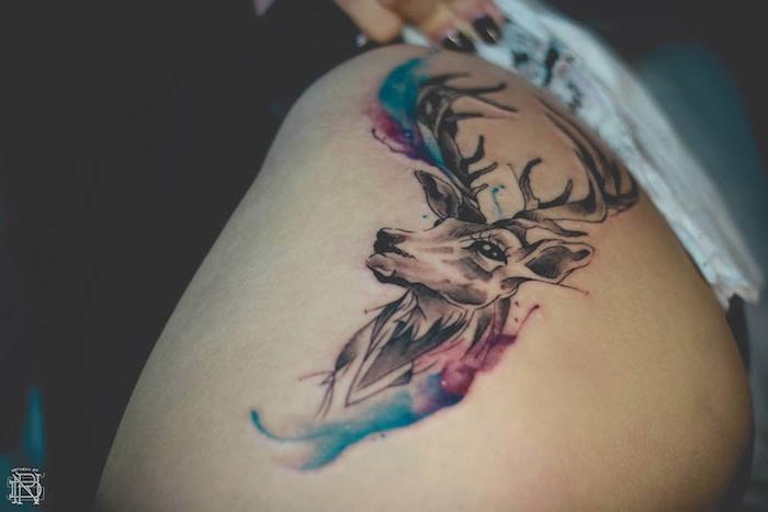 ein schwarzer hirsch mit schwarzen augen und mit großen schwarzen hörnern, eine hand mit einem schwarzen nagellack und ein mein mit einem watercolor tattoo hirsch