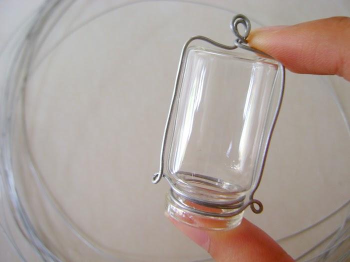 eine kleine durchsichtige flasche und eine hand, eine flasche für kontaktlinsen, bastelideen für erwachsene