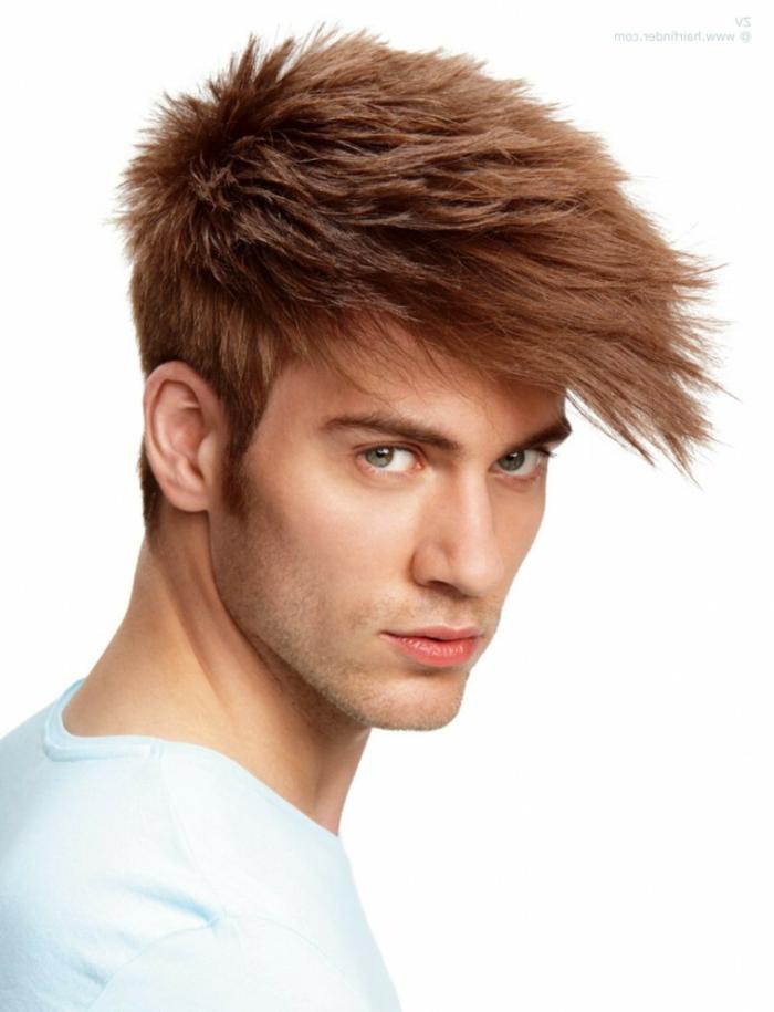 rote Haare, blaue Augen, kurzer Bart, langer Pony, der herausteckt, Herren Frisuren kurz