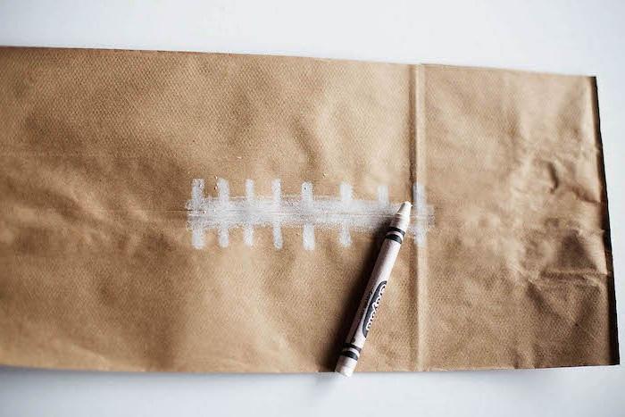 ein ball aus einer alten braunen gefalteten papiertüte basteln, eine diy anleitung schritt für schritt
