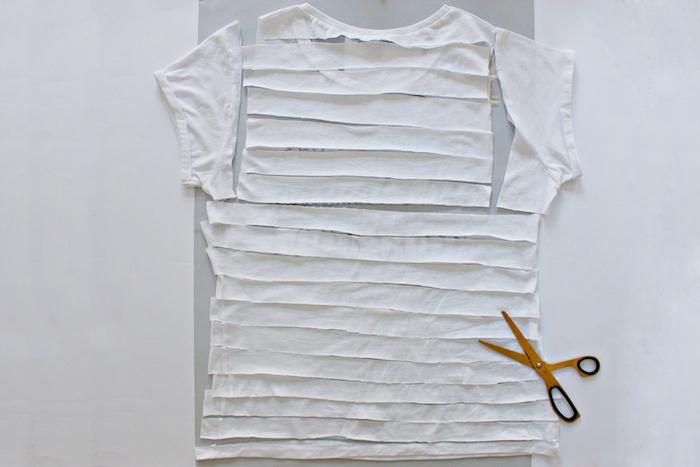 eine gelbe kleine schere und lange weiße streifen aus einem alten weißen t-shirt, geschenke selber basteln