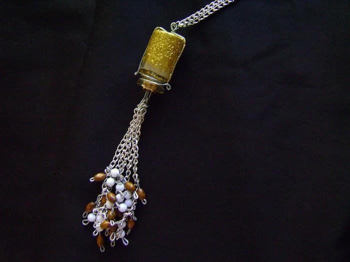 eine kleine goldene kette aus einer alten kleinen goldenen flasche für kontaktlinsen