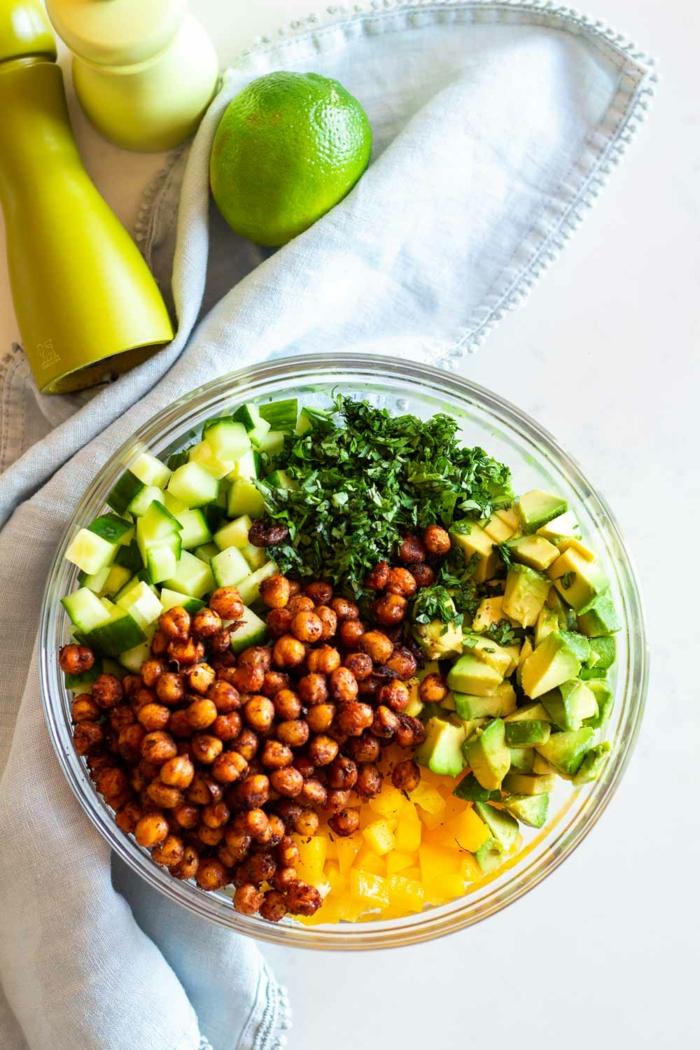 gebratene Kichererbsen, Gurken, Orangen, Petersilien und Limettensaft, Avocado im Salat