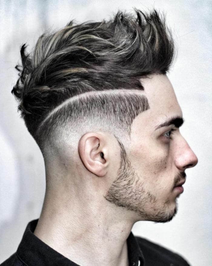 eine rasierte Linie, ein kurzer Bart, Kurzhaarschnitt Männer, braune Haare, schwarzes Hemd