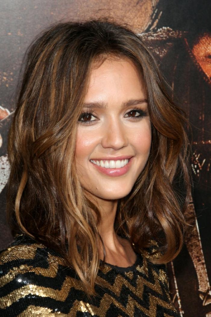 Jessika Alba mit langen braunen Haar, Frisuren testen, kleine Wellen im Haar, stufige Frisur