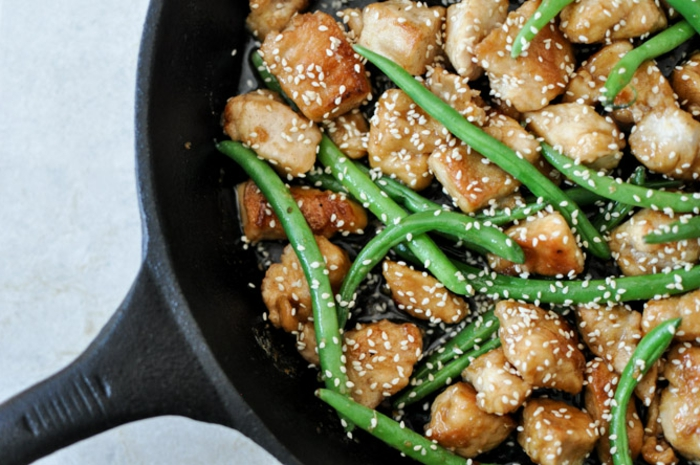 Sesam, Bohnen und Hühnchenhappen, Rezepte zum Abnehmen in einer Pfanne
