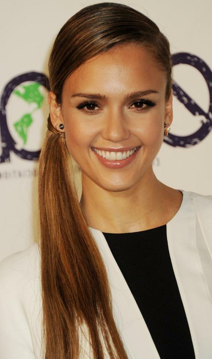 Jessika Alba, eine seitliche Frisur, braune Haare, braune Augen, schwarze und weiße Bluse, Frisuren testen