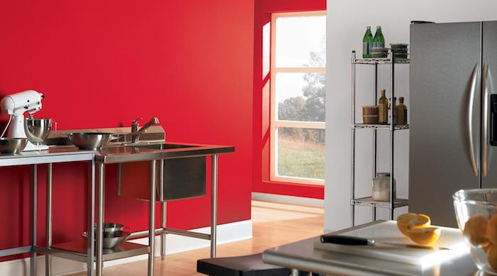 wand streichen muster, eine küche mit einer großen roten wand und mit einem grauen kühlschrank und ein weißes fenster, wand streichen ideen küche