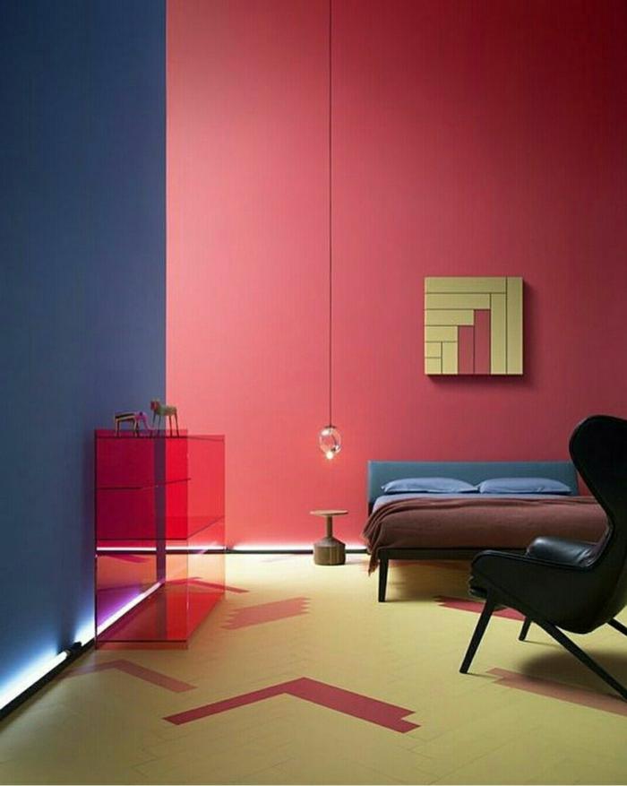rote Wand im Schlafzimmer, welche Farben passen zusammen, rote Regal, die andere Wand ist blau
