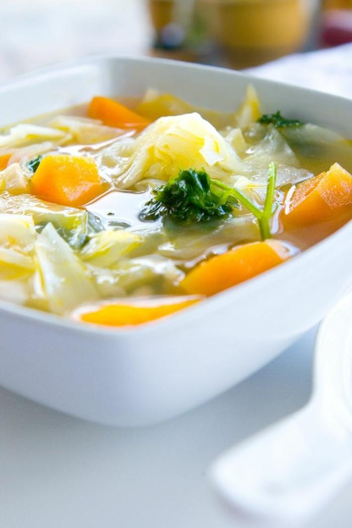 eine Suppe mit Suppengrün, gesunde Ernährung Rezepte, schnelles und leichtes Rezept