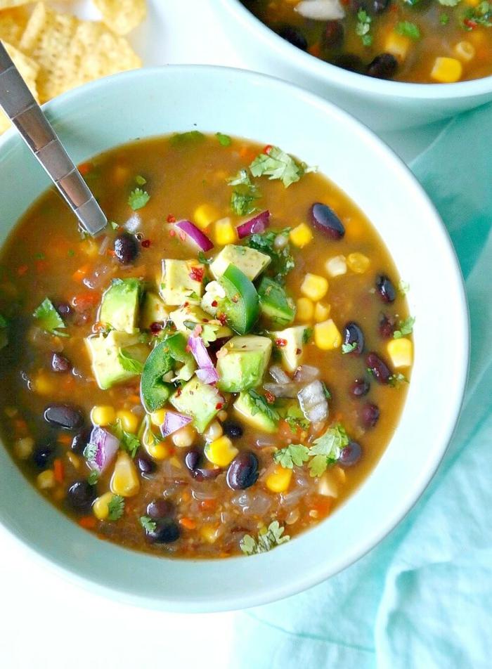 Avocado, Korn, Bohnen, Petersilie, eine leckere Suppe, gesunde Ernährung Rezepte