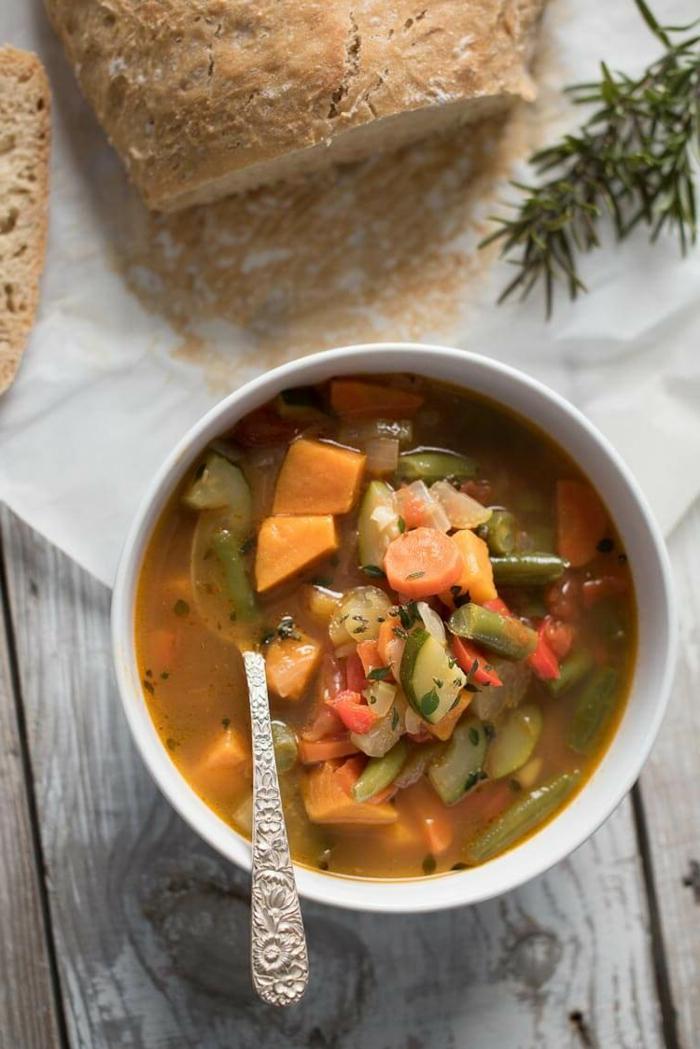 eine grüne Suppe, gesunde Ernährung Rezepte, Karotten und Tomaten in der Suppe