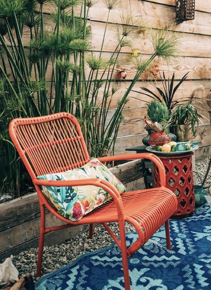 ein roter Stuhl mit buntem Kissen, blauer Teppich, ein runder Tisch, welche Farben passen zusammen