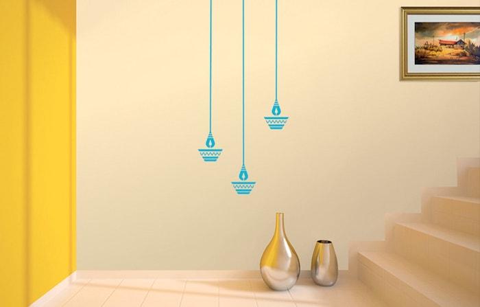 eine treppe und kleine vasen aus metall und eine gelbe farbe und eine wand mit blauen lampen und einem bild, wandgestaltung ideen seber machen
