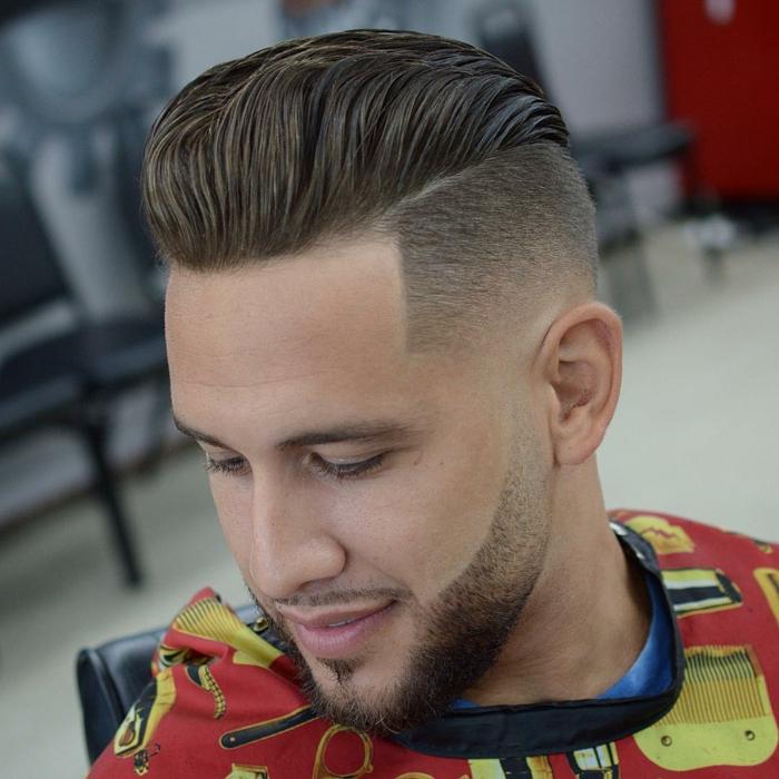 ein cooler Typ, braune Haare, rasierte Linien, cooler Bart, Kurzhaarschnitt Männer