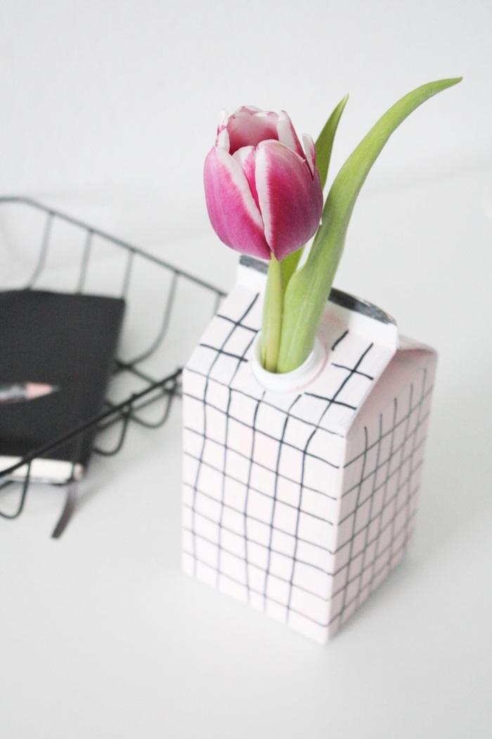 violette blume mit grünen blttern in einer vase aus einem weißen alten tetra pack, bastelideen für erwachsene