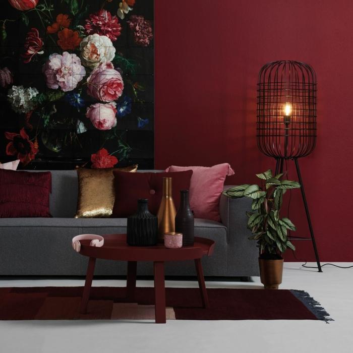 ein graues Sofa, rote Wände, buntes Bild mit schönen Blumen, welche Farbe passt zu Grau