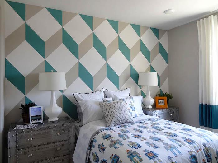 wandfarbe schlafzimmer, ein schlafzimmer mit einem bett mit weißen kissen und zwei kleine weiße lampen