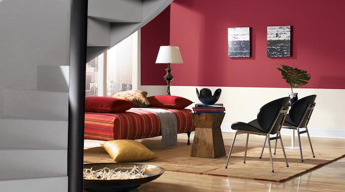 große graue treppe und ein boden aus holz und zwei schwarze stühle und ein rotes sofa mit roten kissen und eine große weiße lampe und eine rote wand, wand streichen ideen