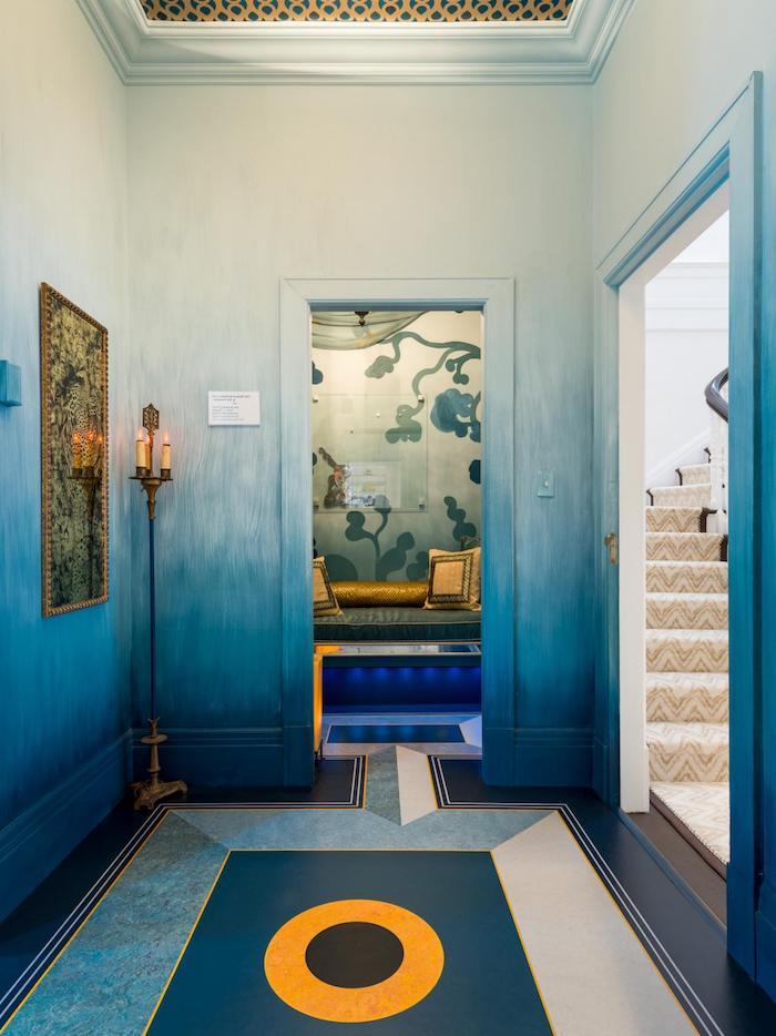zimmer mit blauen wänden und mit einer treooe und mit kerzen und goldenen kissen, wand farbig streichen, wandfarbe blau