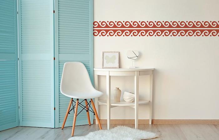 ein kleiner weißer stuhl und ein bolden aus holz und ein kleiner weißer teppich, ein weißer tisch und eine weiße wand
