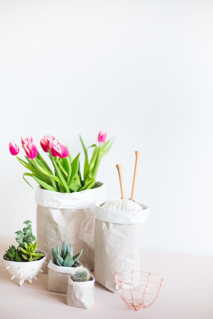papiertüten basteln ideen, weiße blumentöpfe aus einer weißen papiertüte und mit violetten tulpen mit grünen blättern und mit einem grünen kaktus