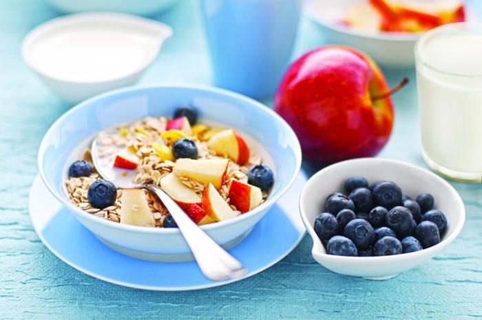 gesunde küche am morgen, gutes frühstück genießen heißt gute laune und energie in den tag, joghurt mit blaubeeren, apfeln und müsli