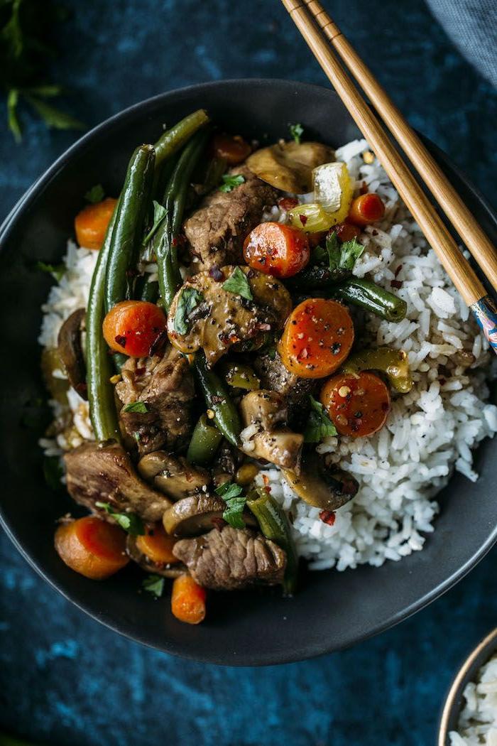 ausgewogene ernährung plan, gesundes rezept, fleisch mit reis und gemüse, chinesisches essen