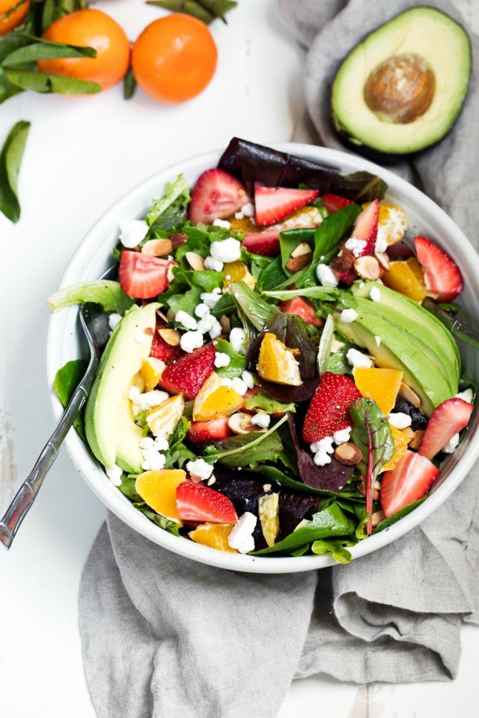 Avocado im Salat, Erdbeeren, Mandarinen, Minzblätter, Avocado Salat mit Feta Käse